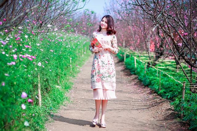 kobieta-w-oryginalnej-rozowej-sukience